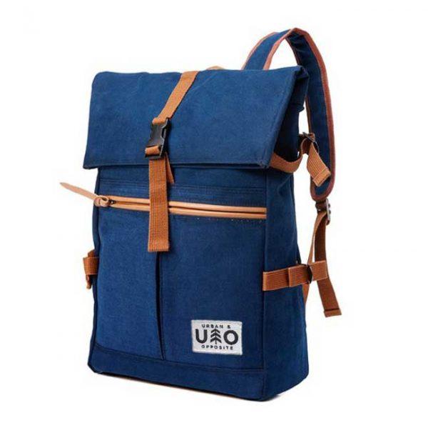 Ryggsäck i modell Vig. Mörk blåbärs blå canvas. Detta är en handgjord och vegansk ryggsäck.